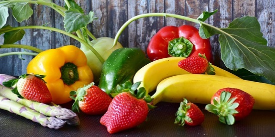 Fruit and vegetables are good sources of healthy carbs.